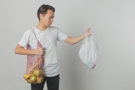 エコバッグを持つ男性